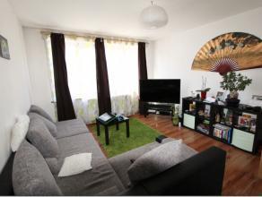 Au centre-ville de Tubize, charmant appartement duplex situé au premier étage d'un petit immeuble. Il se compose comme suit: Hall d'entr
