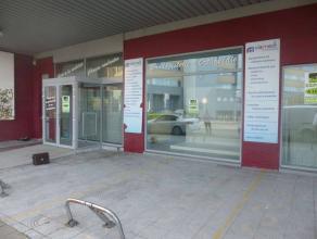 Belle surface commercial de 750m², salle d'expo et bureau avec parking, un accèspour les personnes à mobilité réduite