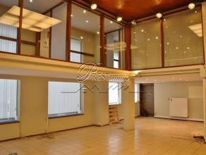 Charleroi, Commerce de coin de 124m² + cave, bureaux sur 80m² en option. PRESTimmo vous propose, au coeur de Charleroi, un commerce (124m&su