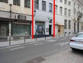 PLACE ROYALE/PORTE DE NAMUR: Bon immeuble commercial de 180 m² se situant rue de Namur, entre la place Royale et la porte de Namur. Bien que cons