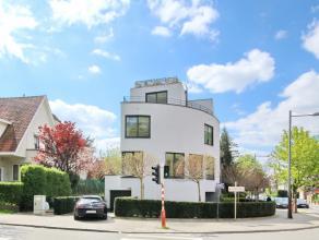 DE FRE : Très belle maison contemporaine construite par l'architecte Corbiau en 2011. Au 1er étage Living et salle à manger tr&eg