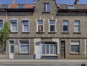 Deze woning kreeg in 2014 een grondige renovatiebeurt, en beschikt over meerdere troeven. Zo bevindt ze zich in een dynamische en aangename buurt, vla