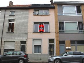 Aangename, ruime en lichtrijke gerenoveerde rijwoning die u heel wat te bieden heeft!!!! De woning is gelegen in een rustige straat, en is dus onder m