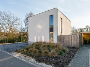 Buitenkans!!! Deze energiezuinige moderne woning bestaat uit een strakke leefruimte met een kwalitatieve open keuken voorzien van SMEG toestellen. De