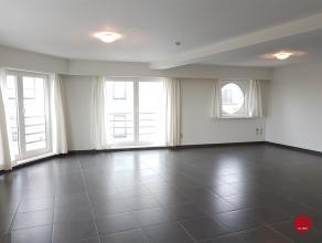 Zeer ruim vernieuwd appartement met alle hedendaags comfort. Zeer ruime woonkamer met veel lichtinval, ingerichte keuken, badkamer met douche, gastent