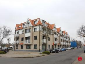 Gezellig appartementje met ondergrondse staanplaats bestaande uit ruime inkomhal, woonkamer, open ingerichte keuken met aanpalende berging, gastentoil