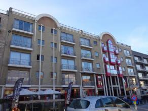 Ruim en centraal gelegen appartement met 2 slaapkamers bestaande uit zeer ruime inkomhal, lichtrijke leefruimte met balkon en zicht op de Markt, apart