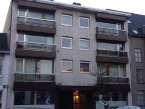 Ruim appartement met 2 slaapkamers en terrasje omvat inkomhal, lichtrijke leefruimte met balkon, aparte keuken, badkamer met ligbad, apart toilet, 2 s