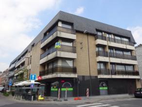 Lichtrijk appartement met 2 slaapkamers bestaande uit ruime inkomhal, lichtrijke leefruimte, aparte keuken, berging, badkamer bet bad en aansluiting w