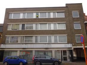 Ruim, centraal gelegen appartement met 2 slaapkamers bestaande uit ruime inkomhal, lichtrijke leefruimte met sierschouw, aparte keuken, koele berging