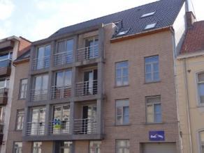 Instapklaar appartement met 2 slaapkamers bestaande uit inkomhal, ruime leefruimte, open ingerichte keuken met toestellen, aangrenzende berging met aa