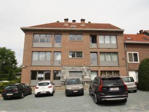 Degelijk appartement gelegen op het gelijkvoers (links), bestaande uit: Inkomhall met aparte wc, leefruimte (26m²), volledig ingerichte ke