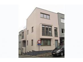 BEZOEK OP AFSPRAAK. Prachtig kleinschalig nieuwbouwproject bestaande uit 2 duplex appartementen gelegen in het centrum. Op het gelijkvloers bevindt zi
