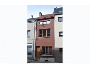 ZAT 1/4- 1 STE BEZOEKDAG OP AFSPRAAK 0488.85.81.84 Charmante deels gerenoveerde woning op 130m² met zonnig terras en bijgebouw. Via de inkom kome
