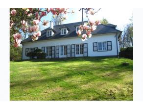 BEZOEK OP AFSPRAAK 0488.85.81.84 Prachtige villa op 1972m² met panoramisch uitzicht, omgeven door bos en natuur! Mooie aangelegde tuin met vijver