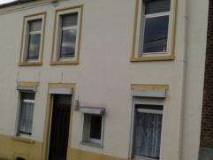 Maison à louer au complet à 595€. Cette maison est composée de 3 chambres (15m²-11m² et 10m²), un living, une cuis