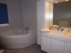 Spacieuse chambre avec SDB privative dans un quartier calme à 5 min des bus , 15 min de Charleroi et 10 min des autoroutes idéal pour &e