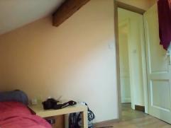 Jolie chambre mansardée à louer dans une grande maison à 3 niveaux, située dans un quartier calme (Grivegnée) ; mai