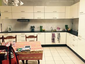 A louer une jolie chambre meublée et spacieuse dans une maison familiale et confortable. Située dans le centre de Gilly, ma maison offre