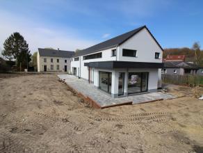 Magnifique villa jumelée neuve basse énergie de classe A. Au rez-de-chaussée: hall d'entrée, séjour, cuisine &eacut