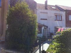 Belle maison dans le centre de Fleurus, proche de la gare, bus et parking. Dans la maison il y a egalement internet et une femme de menage pour les co