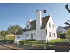 Deze mooie villa is residentieel gelegen nabij het Zegemeer te Knokke, op korte afstand van de zee en het strand. Indeling: inkomhall. Luchtige woonka