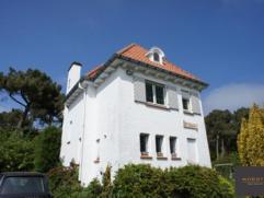 Deze prachtige, typische villa is gelegen op de Royal Zoute Golf Club, in het groene hart van Het Zoute. Indeling: inkomhall. Ruime leefruimte met par