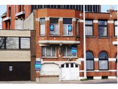 Mooie projectgrond met woning om af te breken of volledig te renoveren. de woning heeft 6 slaapkamers, 2 keukens, en 3 woonruimtes. Aansluitend op de