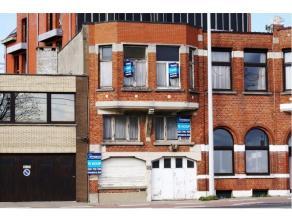 Mooie projectgrond met woning om af te breken of volledig te renoveren. De woning heeft 6 slaapkamers, 2 keukens en 3 woonruimtes. Aansluitend op de g