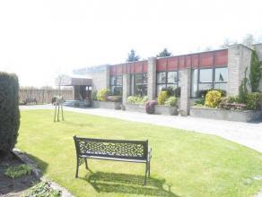 Goed draaiende feestzaal in groene omgeving vlakbij N60 en E17. Deze ruime feestzaal beschikt over een ingerichte bar en een geïnstalleerde indus