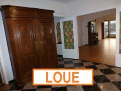CENTRE VILLE - SPACIEUX APPARTEMENT DE 110M²! 2 CHAMBRES.Grand hall en marbre de 12M² - porte blindée - toilette avec lave-mains. Liv