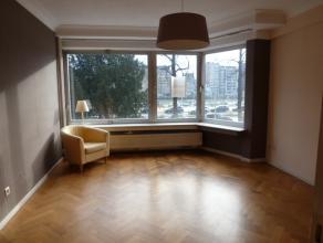 LIÈGE EN BORDS DE MEUSE!et proche du centre, appartement une chambre de +/- 45M² avec living de +/- 20M², parquet, cuisine meubl&eacu