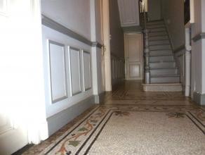 A DEUX PAS DE LA BASILIQUE SAINT MARTIN - A HAUTEUR D'UN ARRET DE BUS Dans une belle maison ancienne, pas trop loin de la place Saint Lambert, apparte