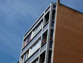 Centre ville, dans un immeuble des années 60, appartement de +/- 60M². Hall en marbre, porte de sécurité, living avec parque
