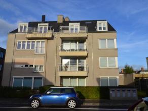 Recent duplexappartement te Sint-Kruis, bestaande uit woonkamer met open keuken, badkamer met ligbad, slaapkamer met ingemaakte kasten, toilet en berg
