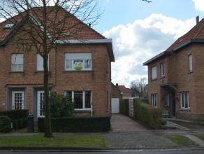 Goed gelegen gezinswoning, half-open, met op het gelijkvloers een inkomhal met toegang naar de woonkamer en keuken, veranda, toilet en berging. In de