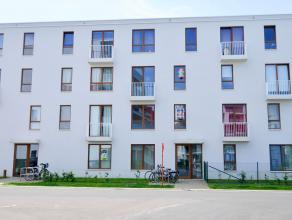 Recent gelijkvloersappartement, gebouwd in 2011, bestaande uit inkomhal met afzonderlijk toilet, badkamer met inloopdouche, 1 slaapkamer, lichtrijke w