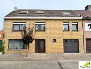Residentieel gelegen gezinswoning bestaande uit inkomhal met toilet, ruime ingerichte keuken, woonkamer met daaraan veranda, garage en tuin.Op het ver