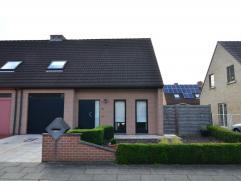 Recente half-open woning met 3 slaapkamers Rustig gelegen half-open gezinswoning met zonnige woonkamer, moderne keuken en garage, 3 ruime slaapkamers,