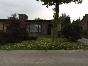 Mooie ruime bungalowIndeling: inkomhal, living, eetplaats, keuken, berging,badkamer,3 slaapkamers, garagebox en klein tuintje!Keuken moet worden verva