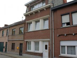 Ruime woning met vier slaapkamers en tuin gelegen nabij het station van Tienen. Beschikbaar vanaf 1 juli 2015. Indeling: inkom, ruime woonkamer bestaa