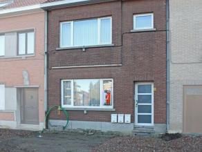 Gezellig gelijkvloers appartement te huur aan de rand van de stad. Het appartement omvat een leefruimte met zicht op een aangename koer, ingerichte ke
