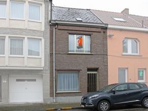 Woning 3 slpks - tuinWoning gelegen in rustige straat nabij school en op/afrit E40, op wandelafstand van station en stad. Indeling: inkomhal, le
