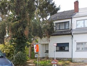 Te renoveren half open bebouwing.De woning is gelegen in een rustige doodlopende straat, vlakbij de dorpskern van Erembodegem. Met een makkelijk