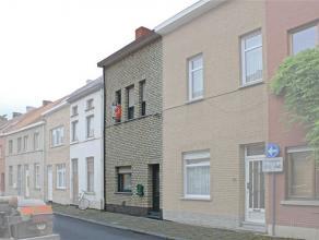 Goed gelegen, instapklare woning nabij centrum, station en scholen. Deze woning omvat op het gelijkvloers: een hall, een ruime living, een grote inger
