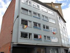 Ruim appartement gelegen aan afrit E40 op de hoek met het rondpunt 'Den Haring'. Het appartement op de 1e verdieping omvattend: inkom, keuken, living,