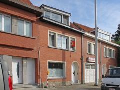 Deze woning is instapklaar en is gelegen aan een van de invalswegen naar Aalst en Brussel, met makkelijke bereikbaarheid van station, bus en E40. De w