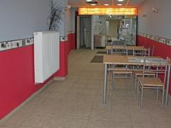 Handelspand met woonst gelegen nabij OLV op een perceel van 2a26ca. De voormalige pitazaak omvat een volledige installatie incl. diepvriezer, 2 frigo'
