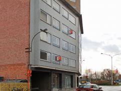 Zeer ruim appartement gelegen nabij oprit E40, aan het rond punt 'Den haring' in Aalst. het appartement bevindt zich op de 3de verdieping en omvat: in