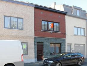 Deze instapklare rijwoning is gelegen in een rustige straat, vlakbij het centrum van Aalst en op korte afstand van E40 en station. De woning omvat op